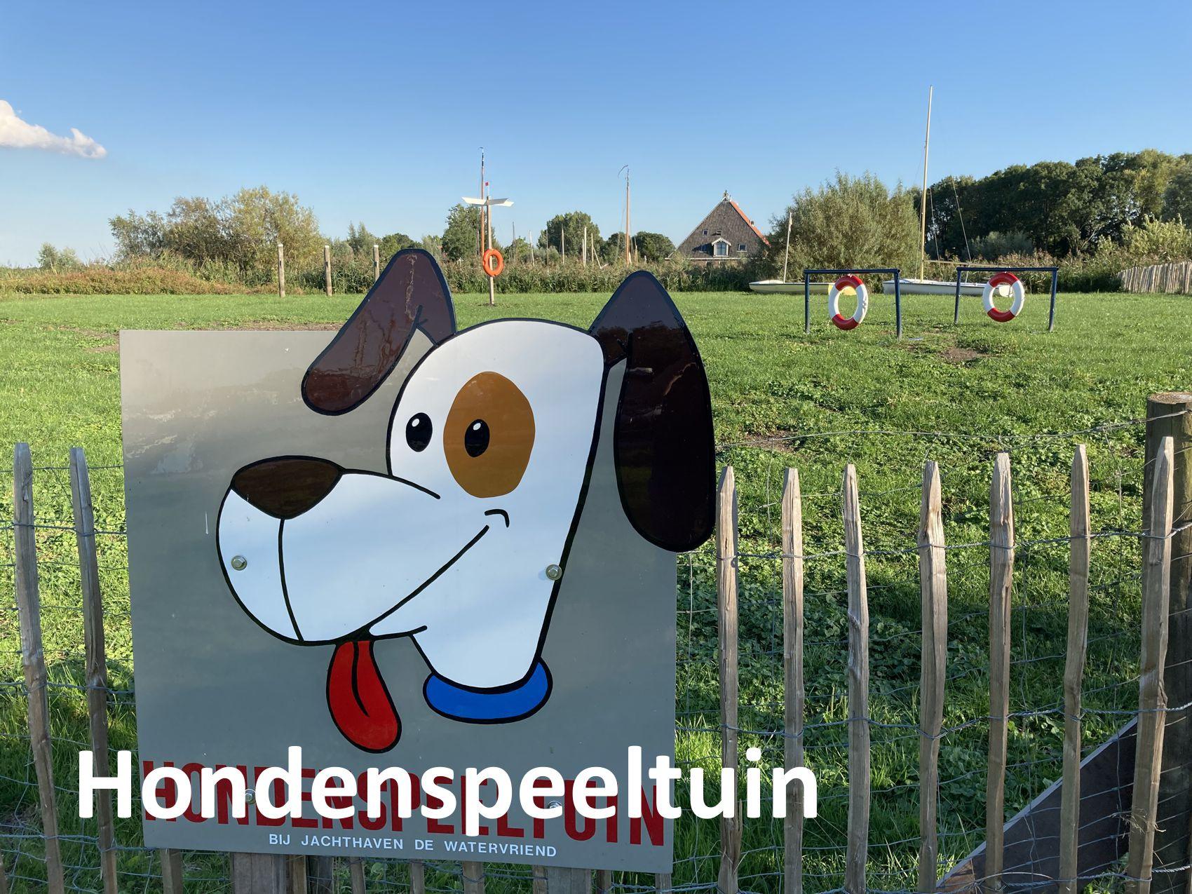 Hondenspeeltuin_hond_aan_boord_Hondvriendelijk_Varen_Jachthaven_de_Watervriend_Friesland